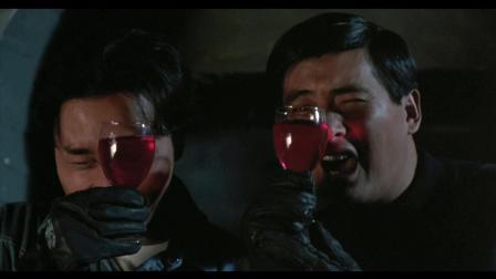 盗宝回去途中遇到红外线机关, 拿了杯红酒喝起来, 还耍起了潇洒