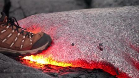 老外作死, 直接用脚踩在1200摄氏度的岩浆上, 看看