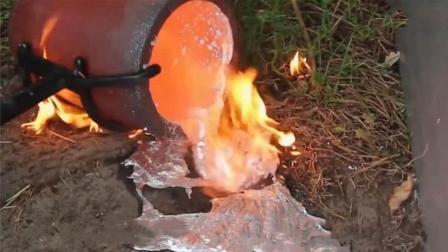 男子将烧的滚热的铝水倒入老鼠洞, 挖出来后的东