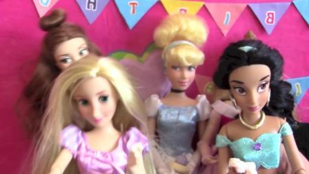 芭比娃娃玩具: 艾尔莎吹蜡烛许愿, 切生日蛋糕分享给朋友们