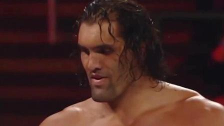 WWE搞笑: 小矮人给美女送花, 前一秒惊喜万分, 后