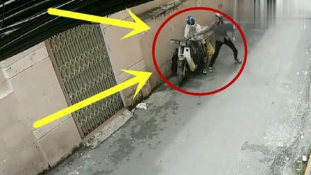 摩托车男子在马路边数钱, 殊不知自己已经被人盯上, 下一秒让人无语