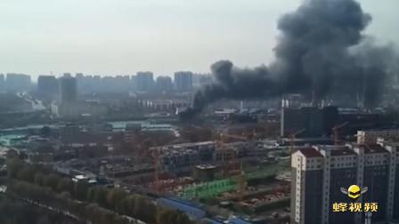 山东济宁一废油厂油罐起火 现场黑烟滚滚