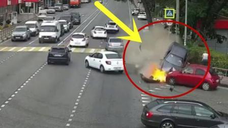 小轿车失控冲向人群, 司机狂踩刹车, 却没能阻止这场悲剧!