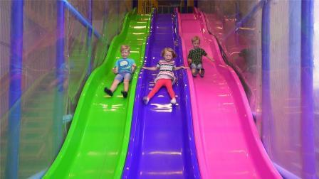 哇! 超萌的小正太和小萝莉室内玩彩虹滑梯! 超大旋转滑梯怎么玩?