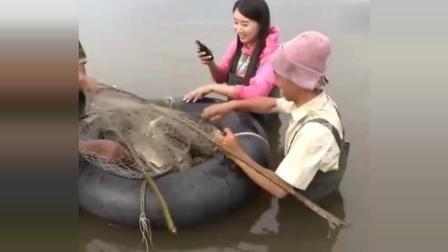 民间牛人发明的捕鱼网, 东西随便一扔, 鱼都进网