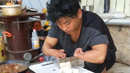 河南90后残疾小伙, 意外失去双手, 靠捕捞河虾自食其力, 努力生活