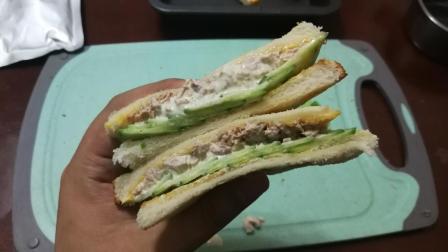 军粮试吃: 用解放军的五香金枪鱼做个三明治来馋你们