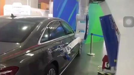 以后加油都是用机器人来完成了!