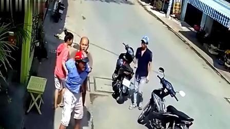 摩托车男子真可恶, 大白天就敢盗窃, 马上要得手了, 结果发生意外