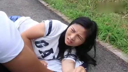 美女躺在地上碰瓷, 没想到遇上个农村光棍! 结局竟变成这样了哈哈