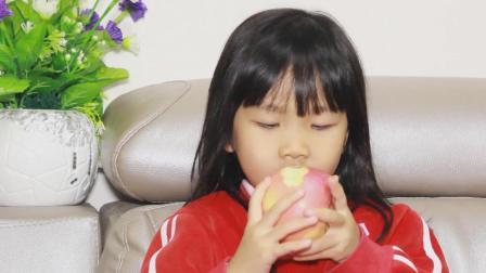爆笑萌娃: 女儿正要吃苹果, 妈妈就一本正经地讲起故事来! 套路真深