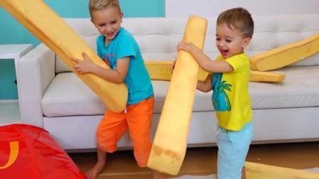 熊孩子们手里拿来薯条好大呀! 这俩小家伙可真会玩呢! —萌娃: 哈哈! 一根就管饱