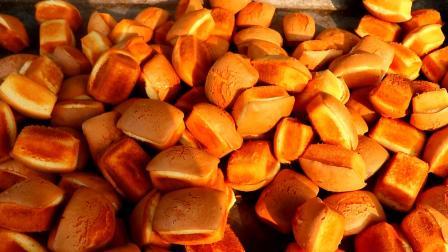 实拍农村烤制无水蛋糕, 用料讲究味道鲜美, 怪不得一天能卖上百斤