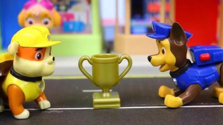 哇! 今天汪汪队的狗狗们要举办什么比赛呢? 谁会成为冠军呢? 玩具故事