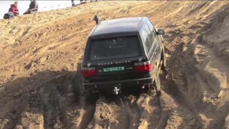牛人驾驶路虎揽胜测试越野性能, 泥泞路上陡坡时