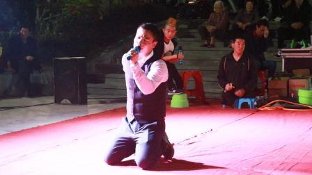 独臂残疾人街头跪地演唱, 一首《妈妈我想你》感动路人