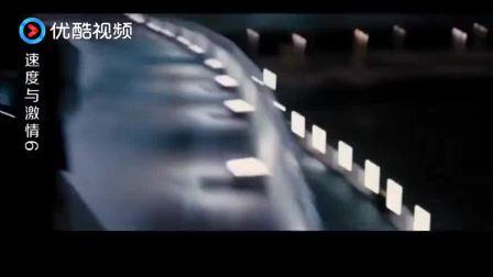 道恩强森飞车跳高桥, 直接被匪徒异型战车甩飞, 爬起来继续