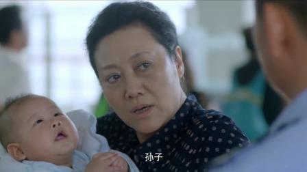 有人怀疑大妈是人贩子被警察带走,没想到孩子他妈一来,警察懵了