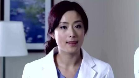 男女医生在办公室打闹, 被推门进来的小护士全部看到了
