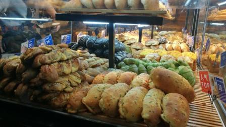 探访长沙网红面包店: 面包堆成了山, 排队几十米