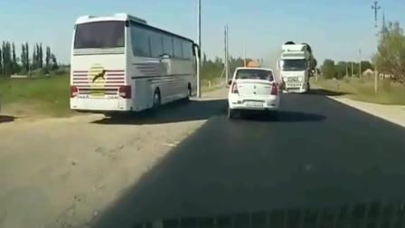 本以为轿车会被撞碎, 突然老司机一个神躲避, 监
