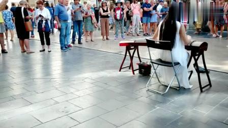 中华古筝: 小姐姐古筝弹奏《青花瓷》, 突然飘过的大姐让我很出戏