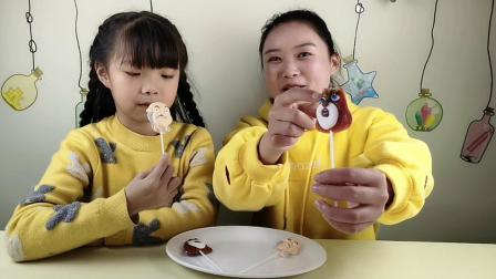 大小两吃货品尝棒棒糖, 熊大光头强卡通造型好可爱, 甜甜的超好吃