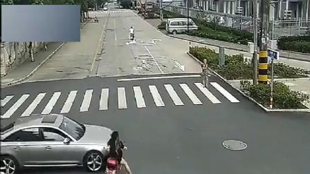 美女骑着电动车任性闯红灯惨遭截杀