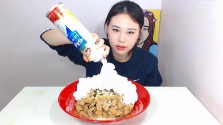 美女吃饼干搭配鲜奶油, 大口吃的忘我, 网友: 一年前的卡妹真水灵!