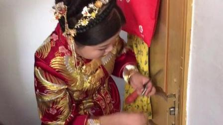 门坏了 新娘秒变女汉子亲自修锁