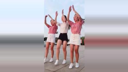 三个小姐姐在户外齐跳广场舞, 真是一举一动都深深牵动着我们的心