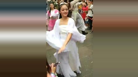 街边偶遇古装小姐姐秀热舞, 画面太美了, 令人大开眼界!