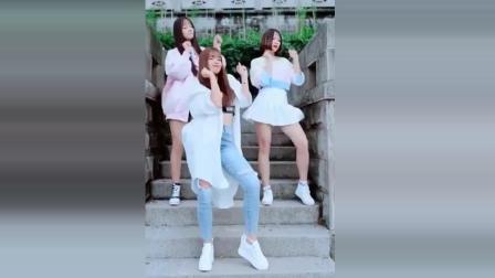三个小姐姐在自家门口跳热舞, 不得不说, 还真会选地方