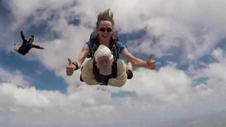 佩服! 澳大利亚102岁老人获世界最年长跳伞者 4300米高空一跃而下
