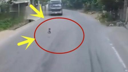 男孩突然出现在马路上, 要不是碰到好心人, 估计又是一场事故