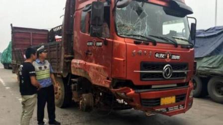 """货车没有两轮也敢上路! 司机被罚怒吼: 宁愿罚款, 也不叫拖车, 网友: """"天价""""拖车费!"""