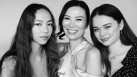 邓文迪50岁生日, 两位混血女儿送祝福, 女儿颜值相差大!