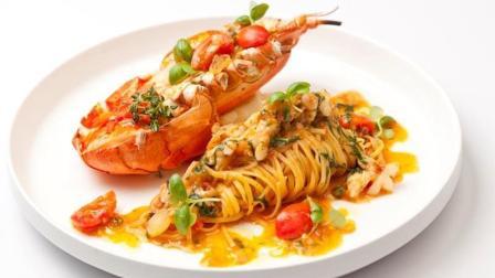 豪华大餐: 大厨烹饪新西兰岩龙虾, 用乳白肉身焗黄油做意大利面
