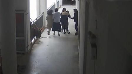 女生校内遭陌生男猥亵并殴打