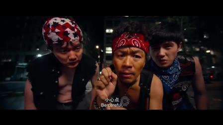 三小伙露宿街头遇劫匪, 反将对方洗劫一空, 有功夫就是好