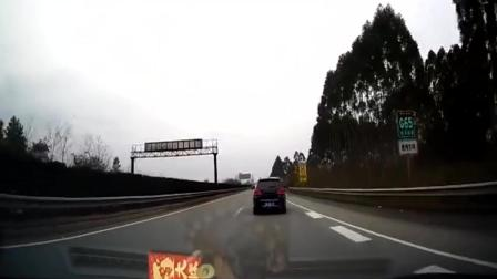 大姐这样好玩吗, 翻越高速横切马路, 监控拍下这