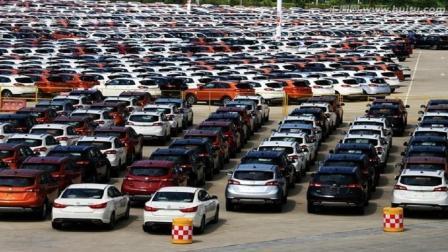 为什么汽车厂的汽车总是露天停放, 不怕被晒坏吗? 看完大开眼界