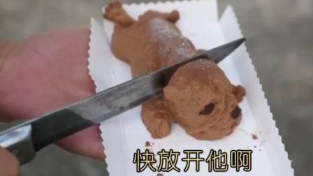 宝宝用刀切沙皮狗蛋糕给哈士奇看 哈士奇直接懵了!