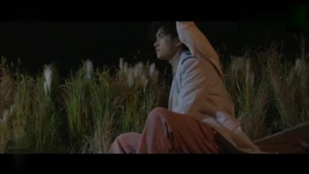 易烊千玺封面花絮在芦苇丛中跑步, 最后还泛舟感觉好悠闲