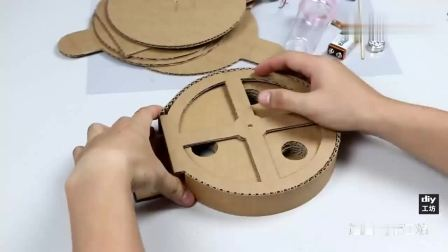 diy手工牛人利用纸板教你制作一台自动泡泡糖机