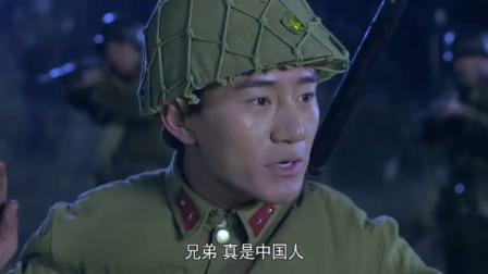 戰士們埋伏在草叢里,抓到三個鬼子偵察兵,可偵察兵卻說是中國人