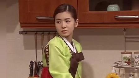 人鱼小姐: 丈夫看到雅俐瑛又在洗碗, 气得大吼一声, 连妈妈也不理。