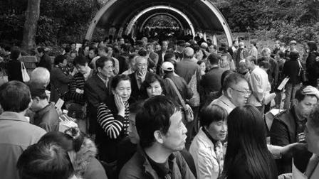 老外误入中国相亲角: 这里像一个动物交易市场