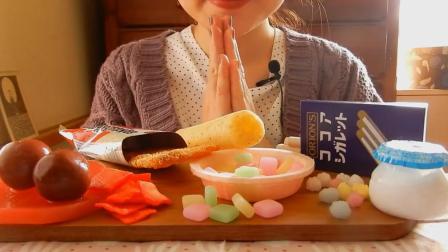 美女吃日本超流行零食, 这么多好吃的却只吃过一种, 看得我都馋了!